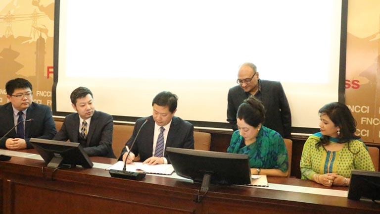 चिनीयाँ व्यवसायिक प्रतिनिधिमण्डल महासंघ सचिवालयमा  महासंघ र चीनको लिन्यी ट्रेड सीटी एड्मिनिष्ट्रेटिभ कमिटी बीच समझदारी पत्रमा हस्ताक्षर (२०७४/११/२३)